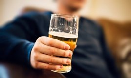 After downing half a litre of beer, study participants were more attracted to happy faces.