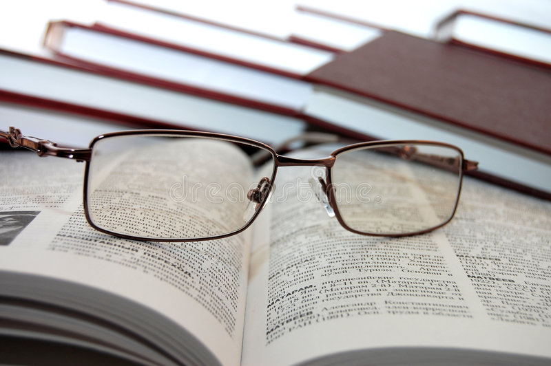 eyeglasses-books-8814037