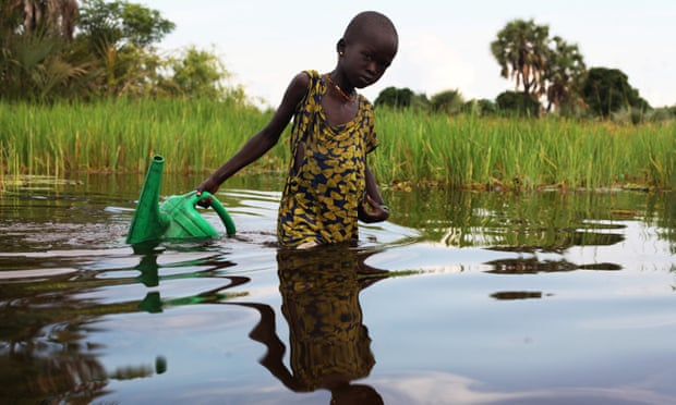An internally displaced girl collects water in the Sudd swamp in South Sudan. Photoh: Andreea Campeanu/Reuters