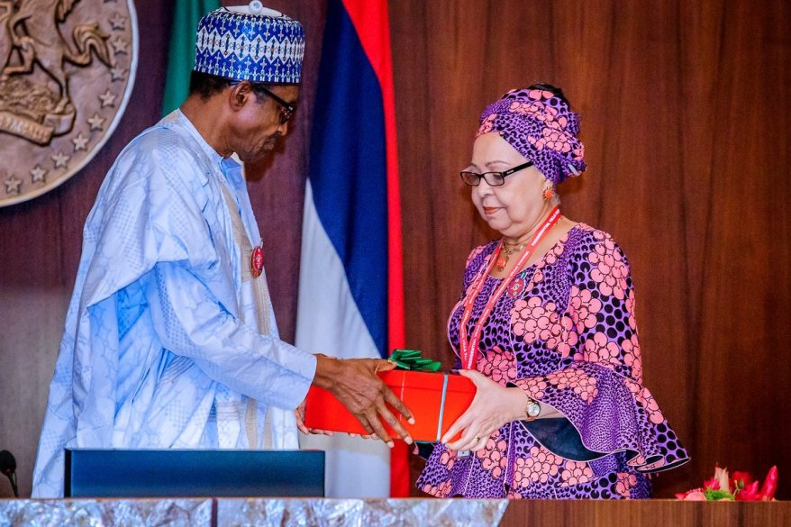 President Muhammadu Buhari receives Presentation of Report by the Tripartite Committee on the Review of National Minimum Wage in State House on 6th Nov 2018. Photo: Bayo Omoboriowo